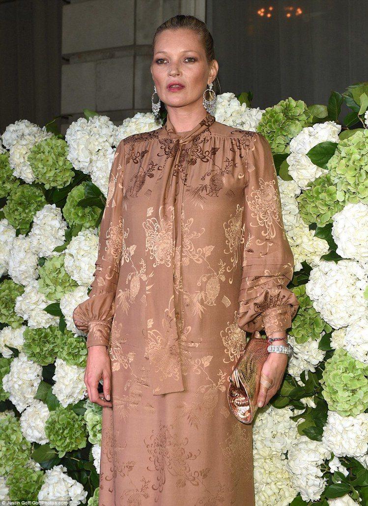 超級名模凱特摩絲以今年很流行的睡衣風格服裝現身BoF500 Gala Dinne...