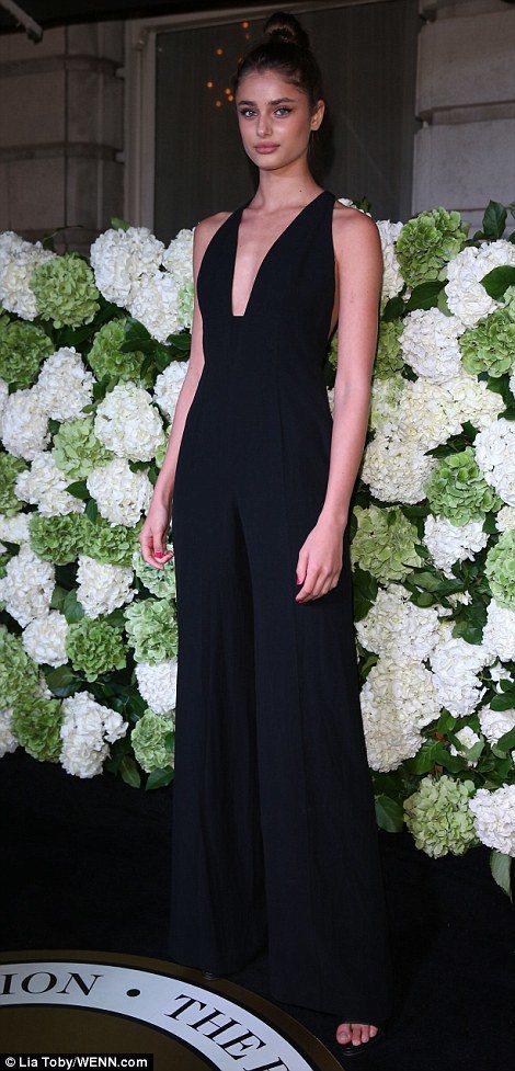 Taylor Hill選擇以一件黑色連身褲裝現身,深V剪裁展現俐落性感姿態。圖/...