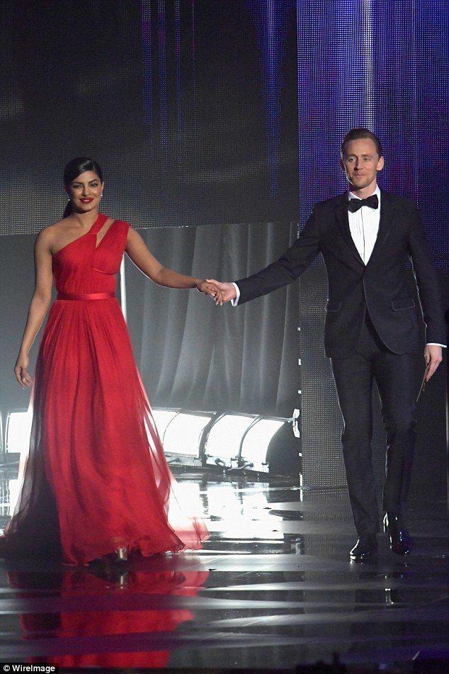 琵豔卡喬普拉與湯姆希德斯頓在艾美獎中一同頒獎,在會後慶功宴有更多親密互動。圖/摘...