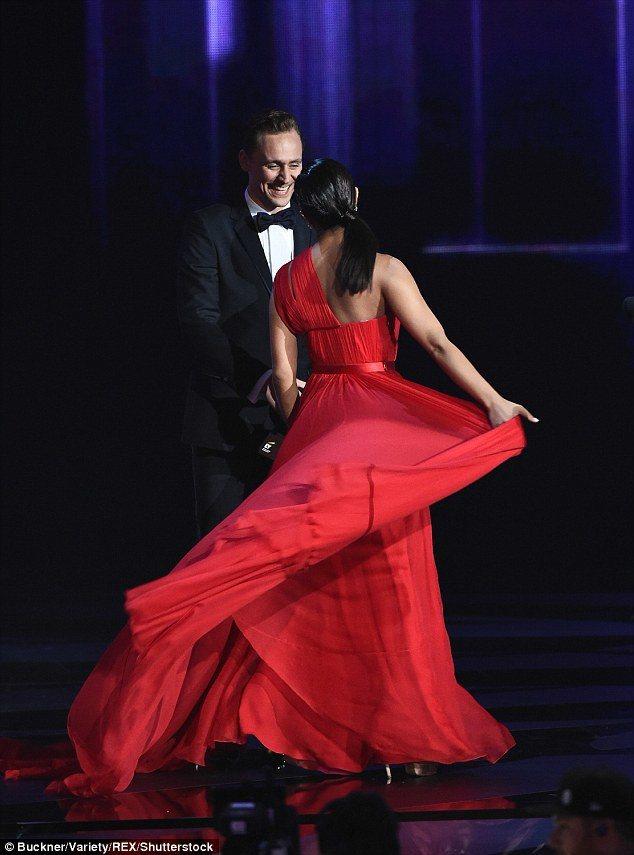 琵豔卡喬普拉身穿台裔設計師吳季剛設計的紅色禮服,揮動裙襬成鎂光燈焦點。圖/摘自d...