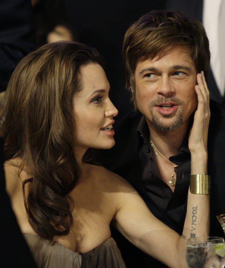 裘莉與小布這對曾經的夢幻情侶檔驚傳離婚,讓人懷念兩人紅毯上的甜蜜時刻。圖/美聯社