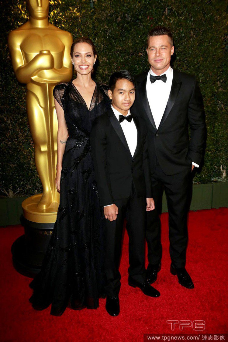 2013年,安潔莉娜裘莉獲美國影藝學院頒發人道精神獎,與布萊德彼特及長子梅鐸斯一...