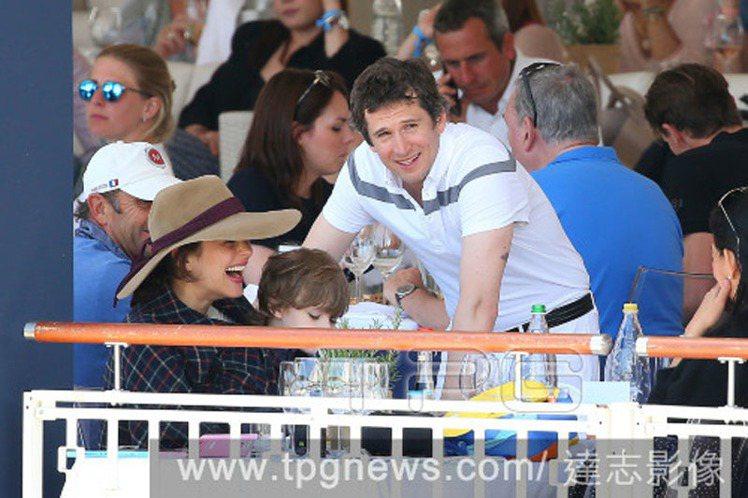 瑪莉詠柯蒂亞、兒子 Marcel與男友吉翁卡列。圖/達志影像