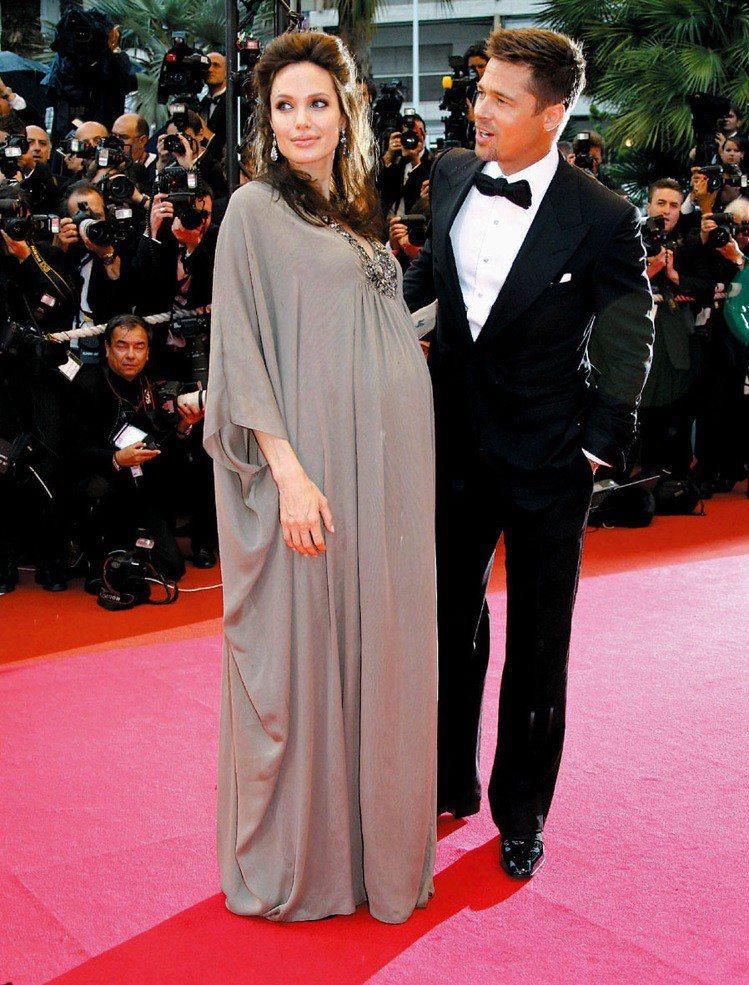懷孕的裘莉駕馭時尚的功力絲毫沒有被肚子給影響,當時許多造型至今依然被選為紅毯最佳...
