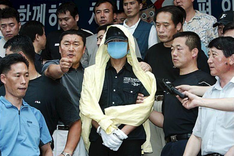 在連續殺傷事件初期,柳永哲用滅門的暴力方式攻擊受害者,而隨著犯案錄像畫面公佈,他確信殺人手法必須進化才行...... 圖/取自News2