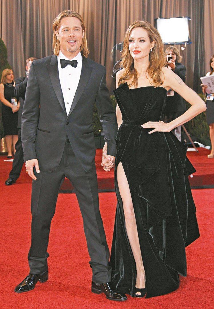 2012年奧斯卡這張照片非常火紅,裘莉不管怎麼擺pose都要露出右腿,「裘莉的腿...