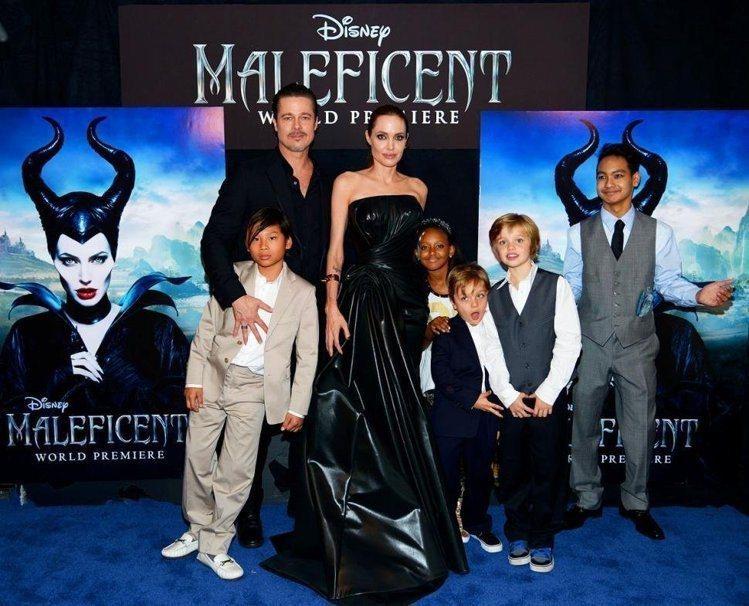 小布帶著孩子們現身支持裘莉的電影《黑魔女之沉睡魔咒》。圖/美聯社