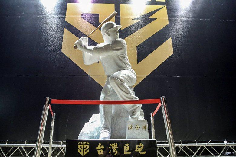 在惡評如潮後,贊助商緊急將廠牌名稱修改為「台灣巨砲」。 攝影/記者楊萬雲