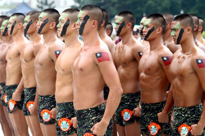 軍隊另一主要功能是「規訓」,士兵們受到幾乎無所不在的控管,小至摺成豆腐乾的棉被,大至思想精神的正確、服從未必同意的軍紀。 攝影/記者杜建重