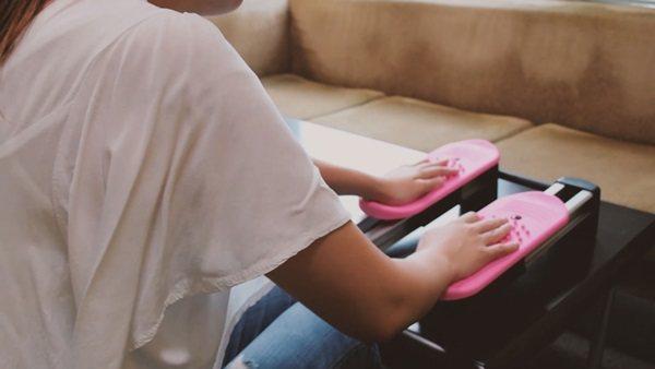 把踏步機放桌上就能運動到手部,動到肩膀。