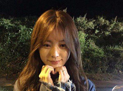 最近電視劇《W》在韓國造成轟動,演員韓孝周在劇中散發了清純魅力,迷倒許多觀眾。而21日正式該劇的完結篇,BH娛樂經紀公司也在當天曝光了韓孝周的照片,照片中的她嬌羞地用手比了個小愛心,並提道:「『W』...