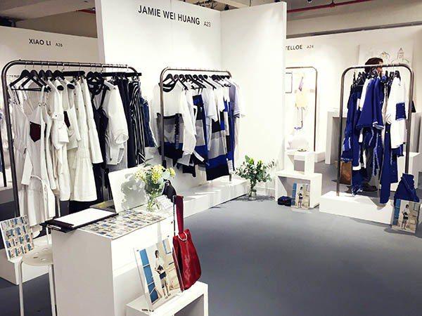 倫敦時裝周期間,黃薇在Deisgner Shoroom會場發表2017春夏新裝。...