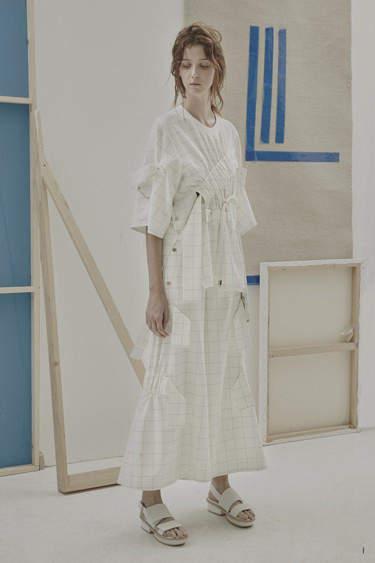 白色、oversize都是制服概念的延伸。圖/JAMIE WEI HUANG 提...