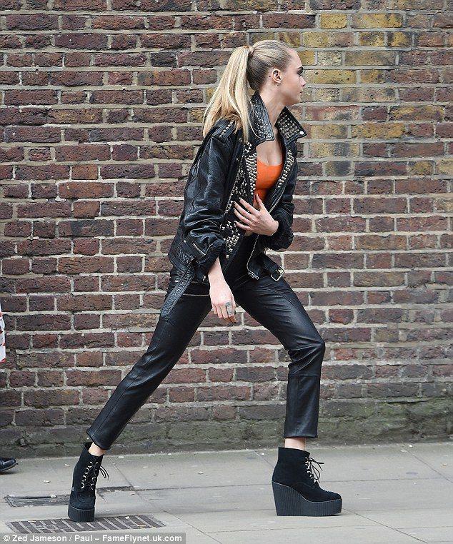 卡拉為英國彩妝品牌RIMMEL拍攝新廣告,扮演超辣女特務,在倫敦街頭狂奔。圖/摘...