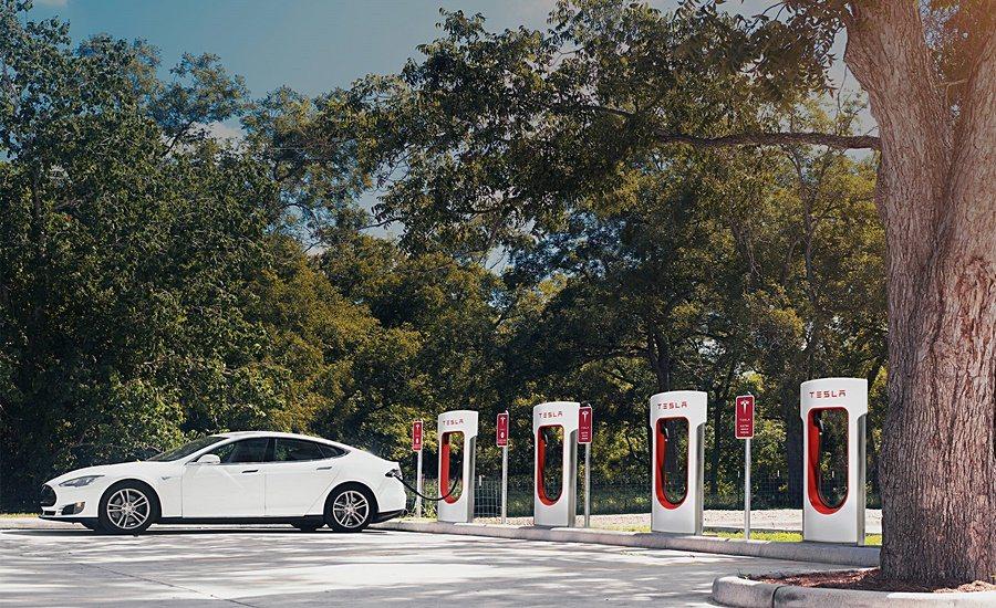 Tesla表示,充電站 (包含超級充電站)的建置是一個持續不斷的工作,明年第一季...