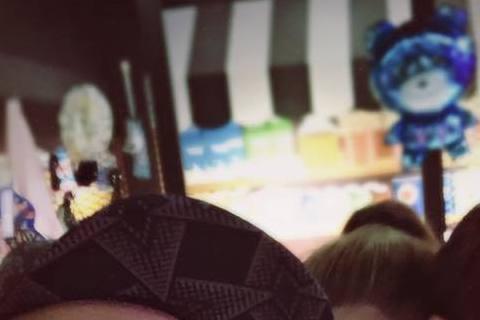 周杰倫與老婆昆凌的放閃照又在別人的臉書上看到啦!日前周杰倫帶著昆凌與好友劉畊宏聚會,劉畊宏在臉書上分享合照,只見昆凌甜蜜的從後頭抱著周董,而看起來很逆齡的周董還嘟嘴比YA,簡直變成超萌夫妻。
