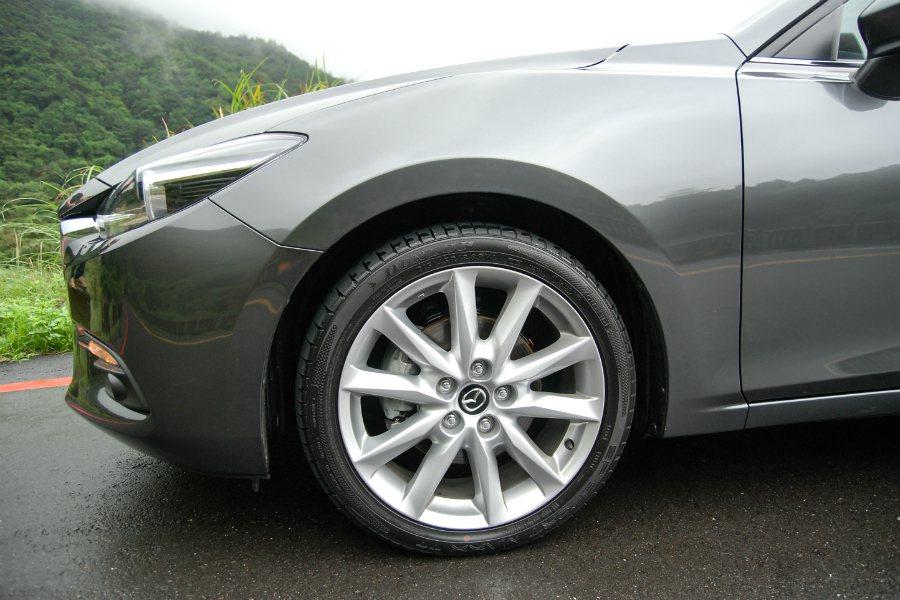 四門、五門頂級與旗艦車型配置18吋輪圈。 記者林鼎智/攝影