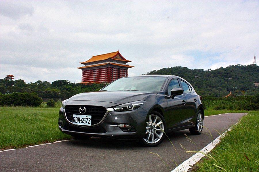 鋼鐵灰Mazda 3五門版旗艦車型。 記者林和謙/攝影