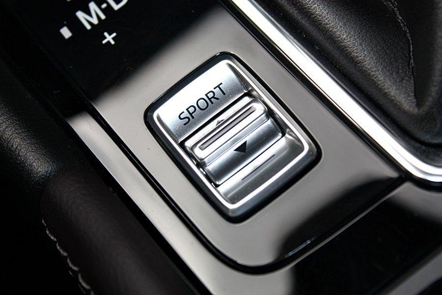 排檔桿旁的駕駛模式,有SPORT與一般模式。 記者林和謙/攝影