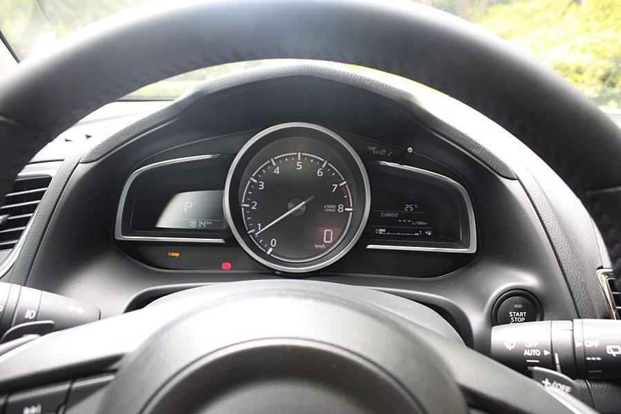 單環中央儀表與兩邊的行車資訊顯示。 記者林和謙/攝影