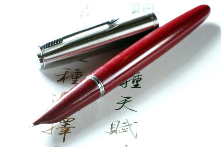 專訪寫字達人葉曄。祖傳鋼筆。記者陳立凱/攝影