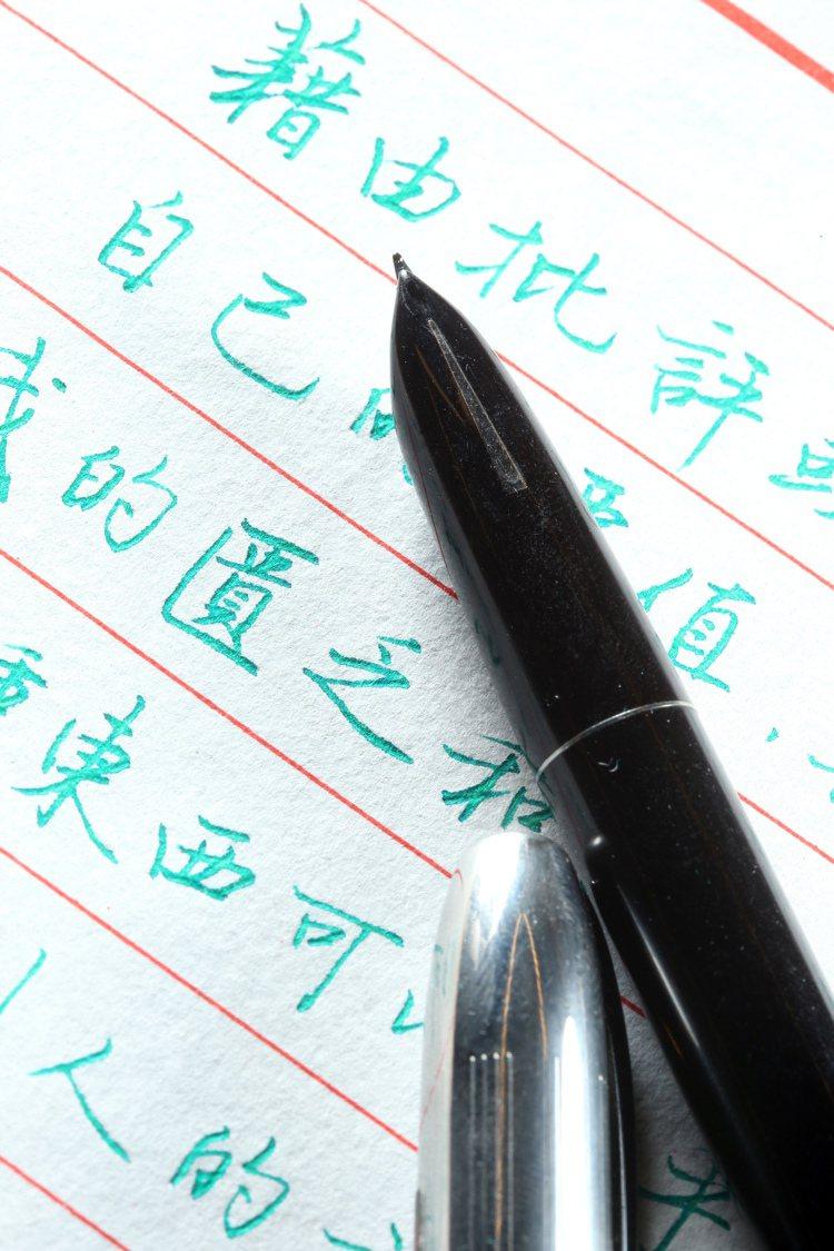 專訪寫字達人葉曄。好寫鋼筆。記者陳立凱/攝影