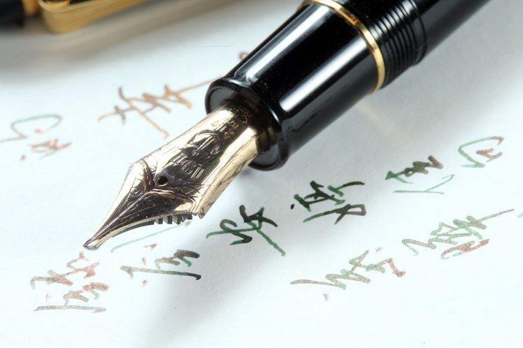 專訪寫字達人葉曄。最貴鋼筆。記者陳立凱/攝影