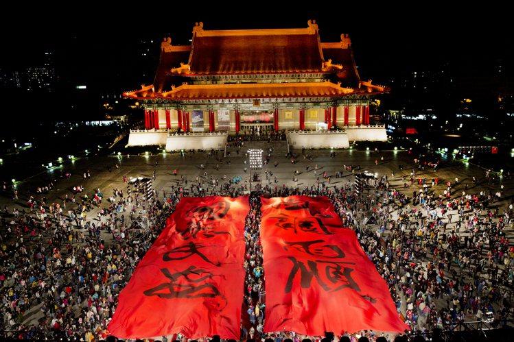 2013年雲門「稻禾」首演,兩廳院戶外廣場的觀眾合力拉開董陽孜書寫的「風調雨順 ...