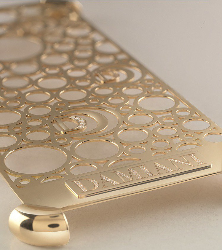 DAMIANI iPhone7手機殼採用經典系列Damianissima的設計。...