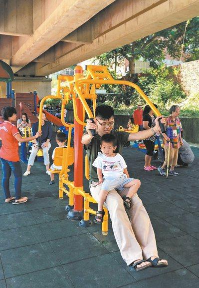 新竹市府利用台鐵內灣支線橋下空間設置兒童遊樂空間,東區與竹東地區民眾都跑來使用。...