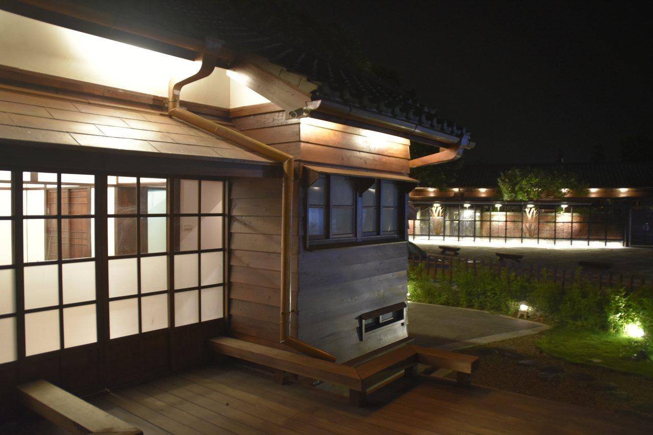大溪木藝博物館公有館群,夜間打燈別有一番風味。記者/呂筱蟬攝影 呂筱蟬