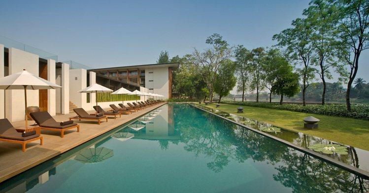 偌大泳池,不少旅人力推「必要體驗」項目。圖片提供/Anantara Chiang...
