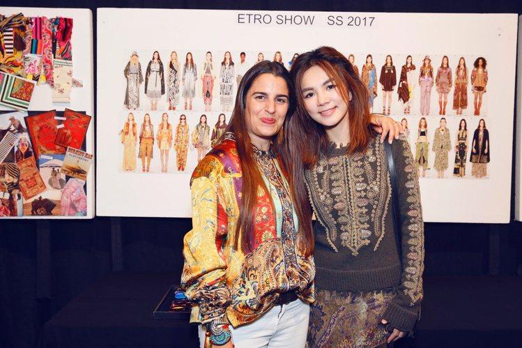 Ella米蘭看時尚秀,人也變優雅,左為Etro創意總監Veronica。圖/華研...