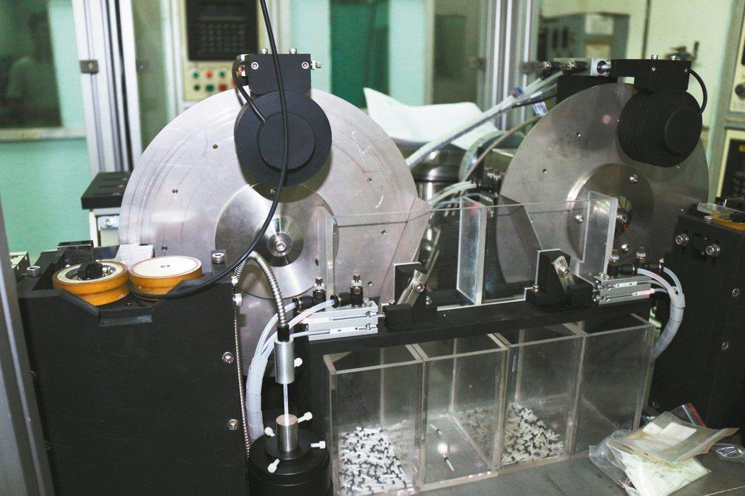巨晰光纖自主研發的光纖牙根柱製造機台。
