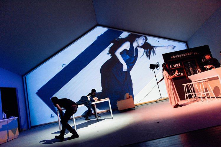 田馥甄在舞台劇《小夜曲》中穿著陳劭彥打造之劇服。圖/SHAO YEN提供