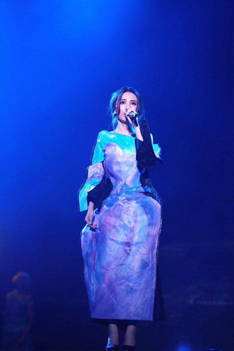 田馥甄上海「如果PLUS」演唱會,一襲紫色洋裝是由英國設計師FIONA ONEI...