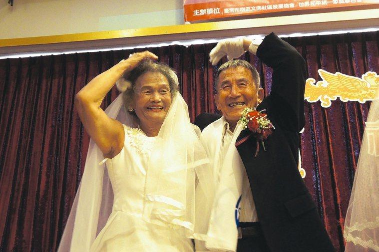 陳金和與妻子陳楊阿嬌結縭60年,感情極佳。兩人昨天面對鏡頭,活潑比出愛心手勢。 ...