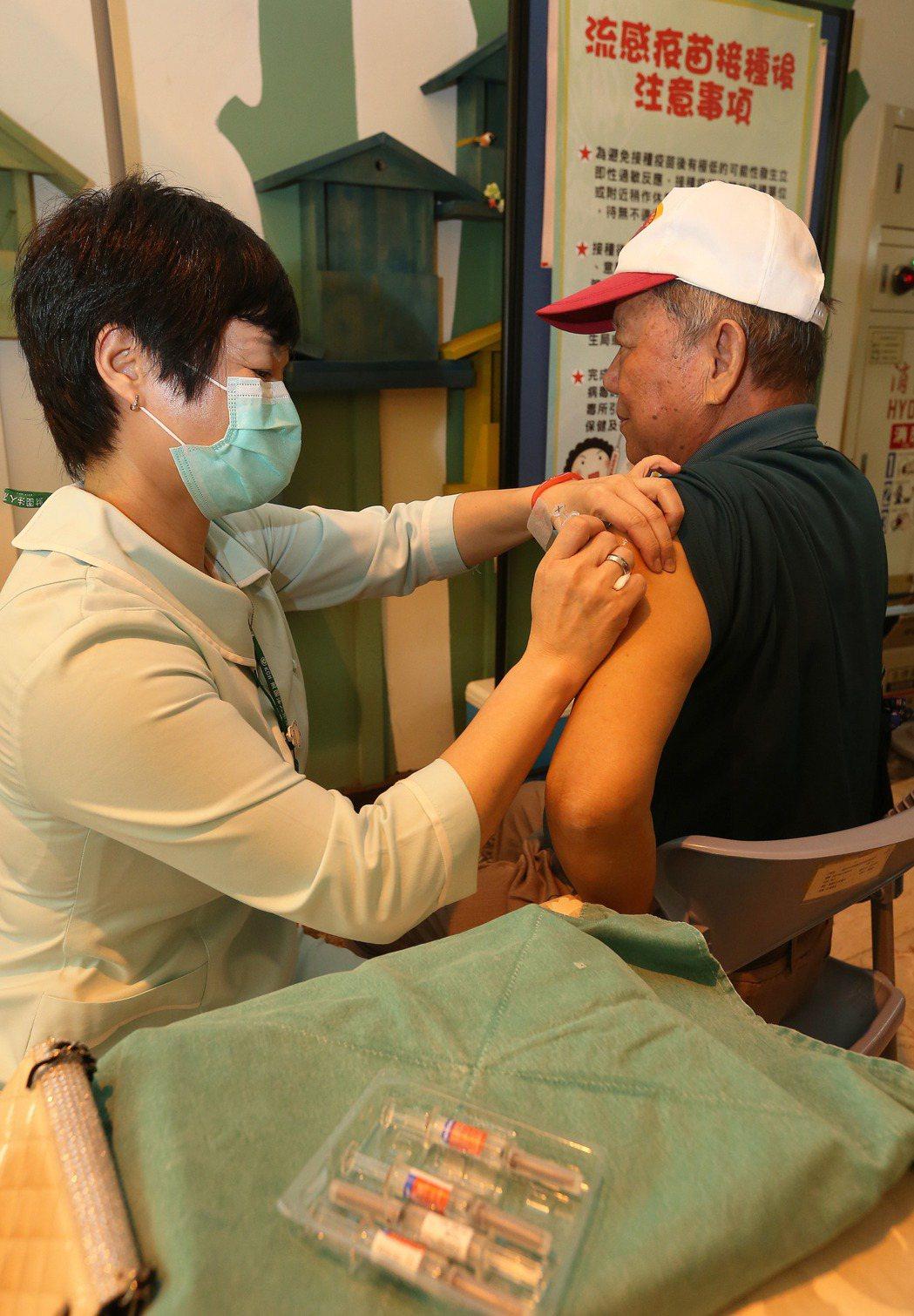 因應流感季節到來,今年擴大公費流感疫苗的施打範圍,比去年增加300萬劑流感疫苗。...