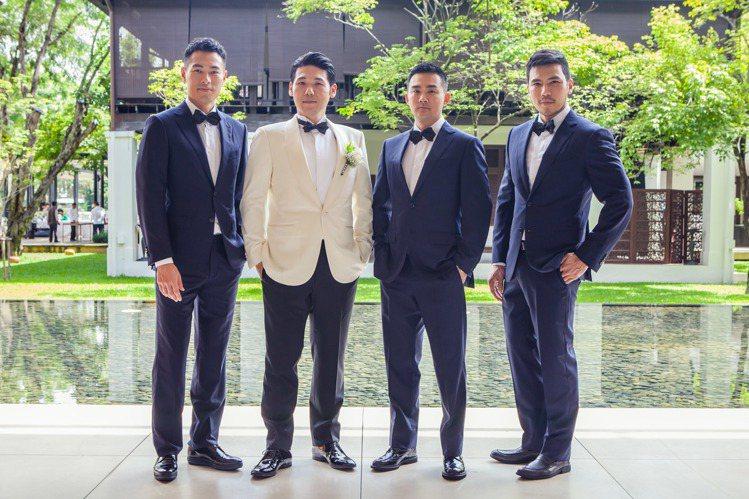 新郎薛博仁(左二)帶著楊祐寧(左)和醫生友人一起搶親。圖/明悅提供