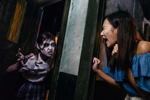 香港海洋公園特推出適合不同年齡層的全新驚嚇及驚喜景點,「屍立中學」陰森的荒廢校園...