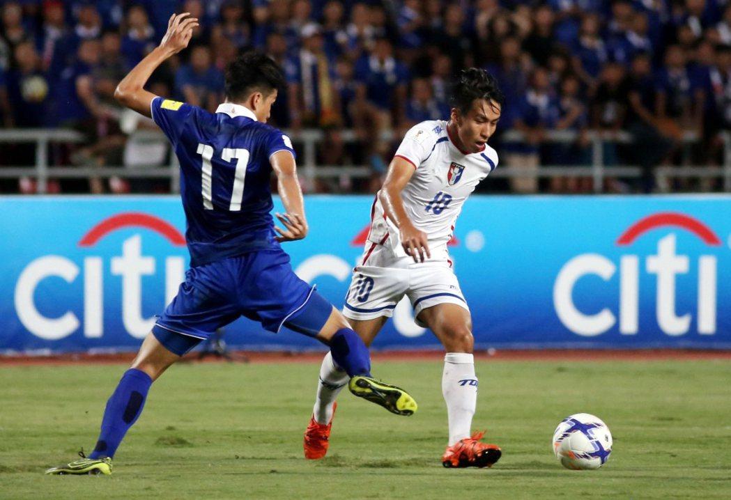 俄羅斯世界盃足球賽亞洲區資格賽第二輪,右為中華隊林昌倫。 圖/中華足協提供