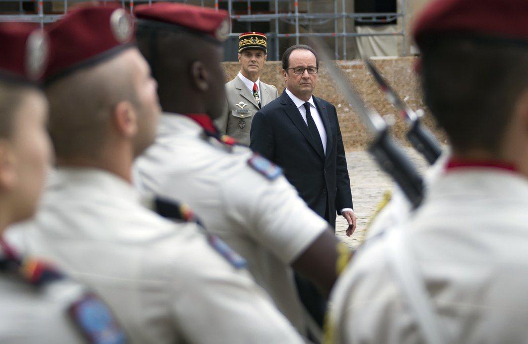 在巴黎傷兵院向犧牲哈基人致意的法國總統歐蘭德。 圖/美聯社