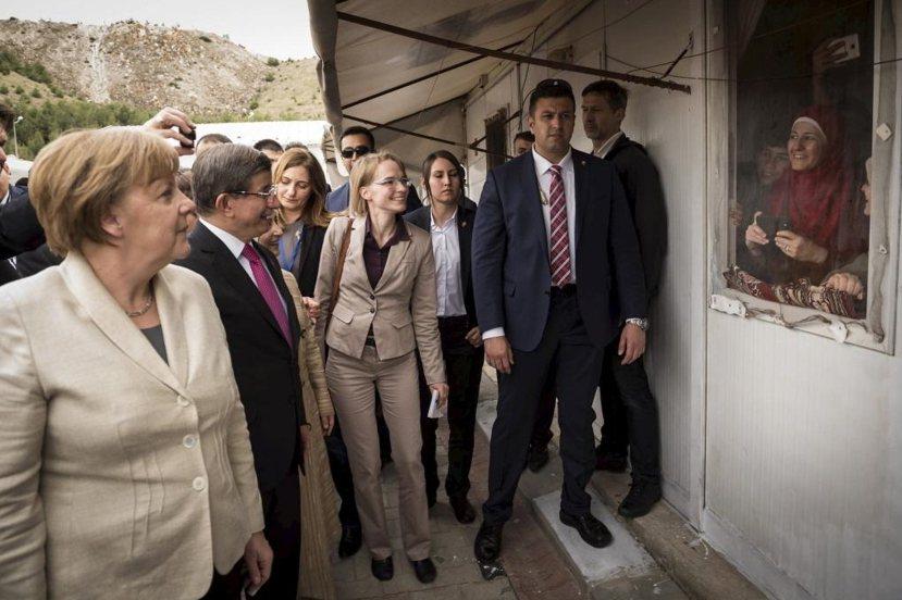 今年四月梅克爾與土耳其前總理達悟特奧盧探訪尼濟普(Nizip)難民營。 圖/路透...