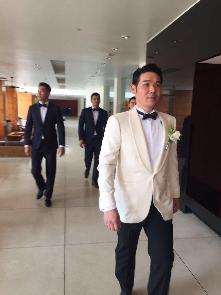 薛博仁醫師穿著訂製的西裝迎娶陳怡蓉。圖/明悅提供