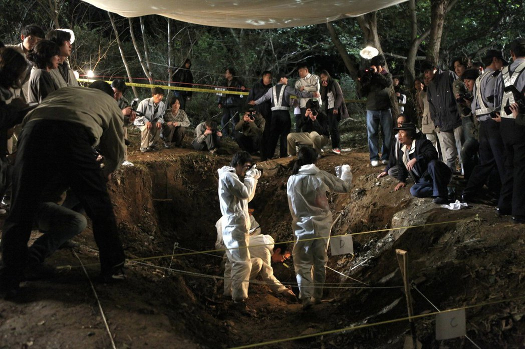 「青蛙少年失蹤事件」發生在大邱,在當地地方議員選舉當日,有五名小學生到山上抓青蛙...