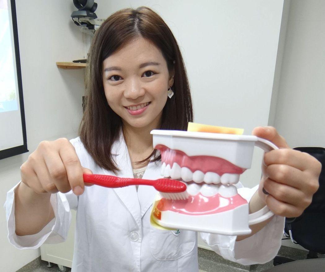 奇美醫學中心牙周病科主治醫師官語晨提醒大家,青少年都可能有嚴重牙周病,要注重口腔...