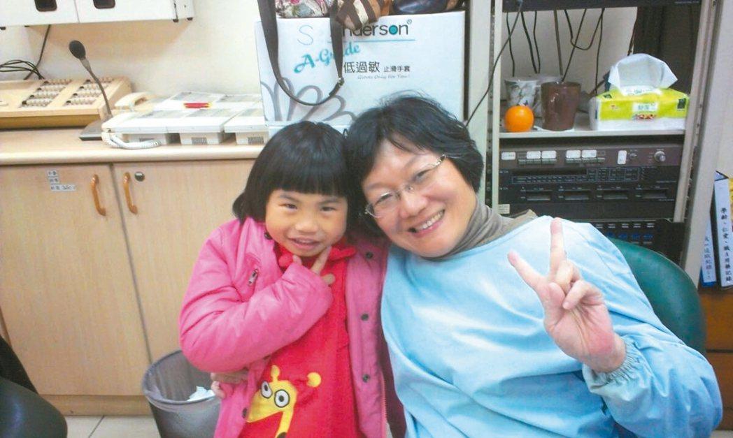 黃淑賢完成鎮靜麻醉後,為身障者治療蛀牙。 圖/黃淑賢提供
