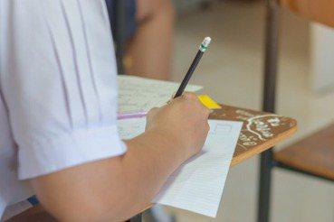 用全世界最久的上課時數,教出只會寫摹本的學生