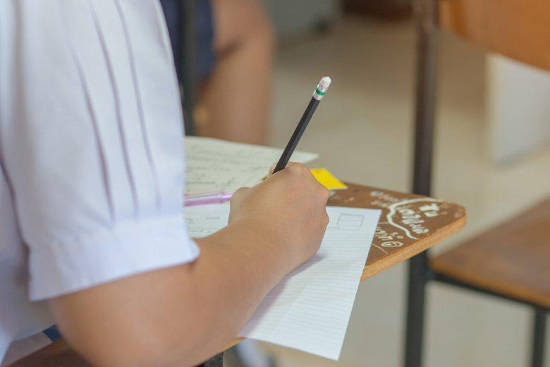 上課時間全世界最久,結果只能寫出「摹本」,這不是很可悲嗎? 圖/shutterstock