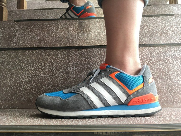 復健科醫師建議,必須依運動類型選擇適當的鞋,若要長時間走路,稍有厚度與彈性的鞋子...